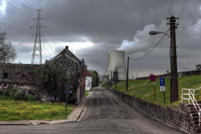 Het dorpje Doel, met op de achtergrond de kerncentrale.
