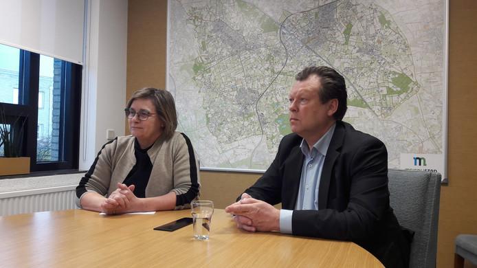 De opgestapte wethouder Eus Witlox en partijvoorzitter Jeanne Hendriks van Team Meierijstad staan de pers te woord in de B en W-kamer in Veghel.