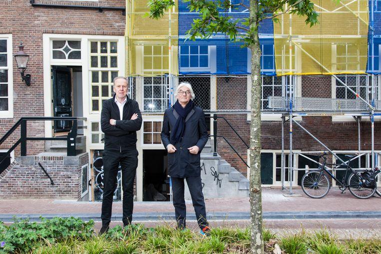Jan Benthem en Mels Crouwel voor de wevershuisjes aan de Amsterdamse Vijzelgracht. Beeld Adriaan van der Ploeg