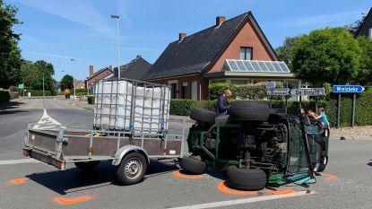 Auto vliegt door haag na botsing met tractor van groendienst