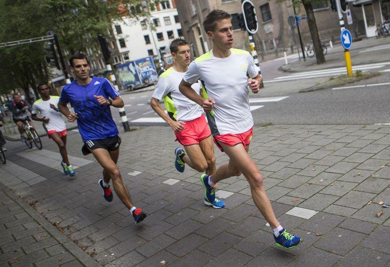 's Ochtends vroeg vertrokken, maken Michel Butter en zijn trainingsmaten de nodige kilometers voor de marathon. Beeld Julius Schrank