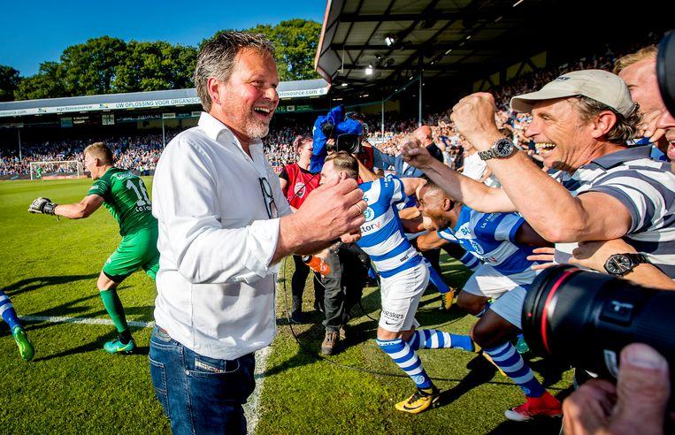 Coach Henk de Jong van De Graafschap viert de 2-1 overwinning na afloop van de return tussen De Graafschap en Almere City FC om promotie naar de eredivisie voetbal. Beeld ANP