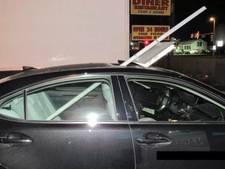 Uit je dak! Dronken vrouw rijdt 25 kilometer met verkeersbord in auto