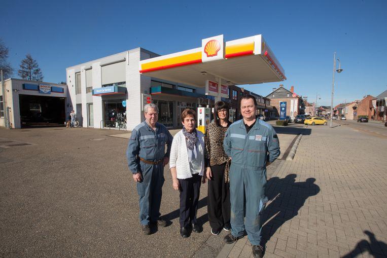 Familie Anthonissen runt in Genk al 70 jaar en drie generaties lang een pompstation van Shell. Mathieu en z'n zoon Dirk in overal voor het station, geflankeerd door Jeannine Achten (moeder van Dirk) en de echtgenote van Dirk.
