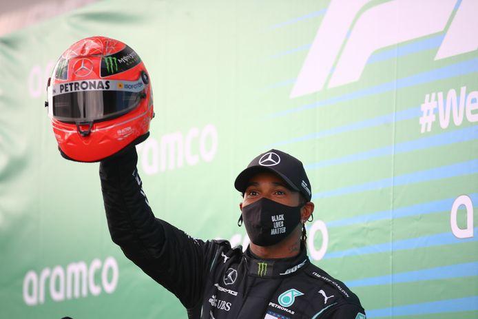Lewis Hamilton met de helm van Michael Schumacher.