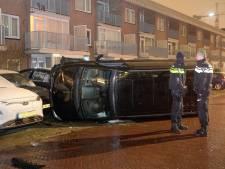 Ravage in Alphen: busje knalt tegen geparkeerde auto's, bestuurder slaat op de vlucht