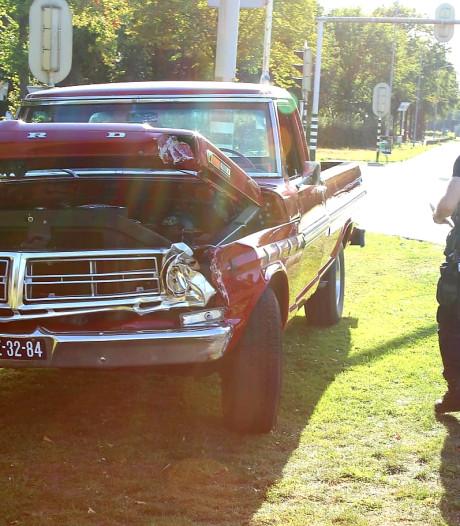 Twee auto's botsen op N65 bij Helvoirt, 47-jaar oude oldtimer Ford raakt zwaar beschadigd