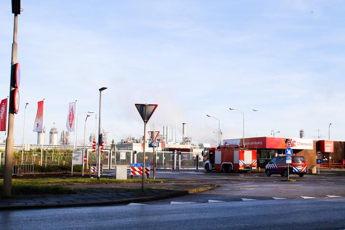 De brandweer is uitgerukt naar DuPont in Dordrecht