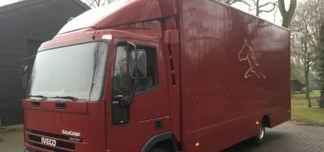 Simon achtervolgt zijn gestolen vrachtwagen en vindt hem, mét gestolen shovel erin