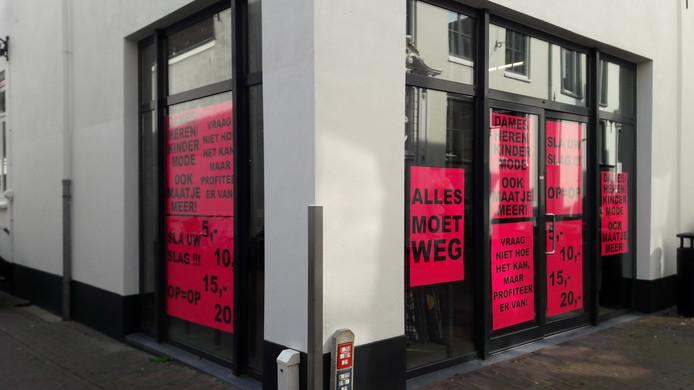 Op de ramen hangen al de posters voor de outletwinkel die volgende week open gaat.