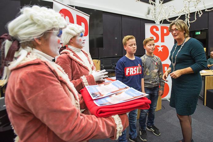 Storm Jansen (l) en Jochem Osseman (r) van basisschool De Polderhof kregen vorig jaar een kinderlintje van burgemeester Wobine Buijs.
