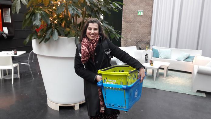 Marcia van der Wens met haar boodschappenmandjes... onderweg naar Den Haag