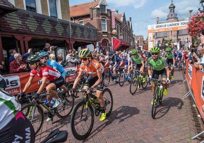 De Boels Ladies Tour deed in 2018 ook Gennep aan. Op de achtergrond het eeuwenoude stadhuis.