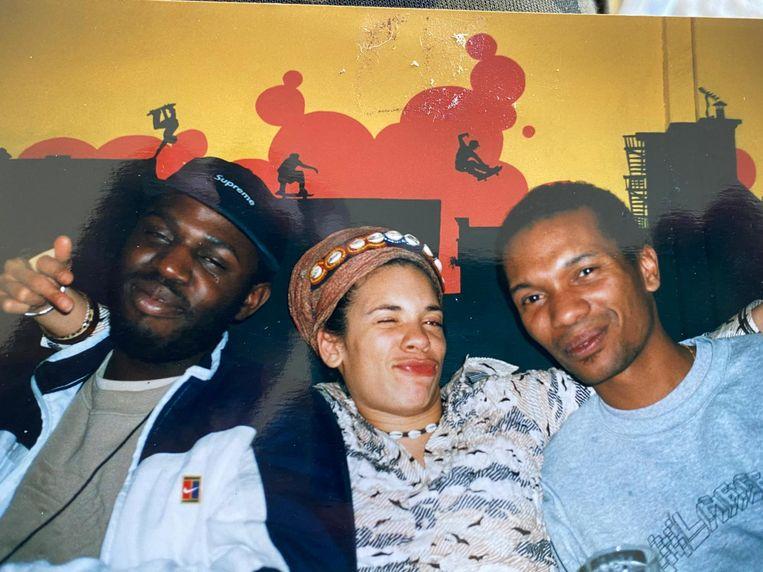 Guillaume Schmidt en Edson Sabajo (oprichters Patta) met tussen hen in Babs Gons, 1998. Beeld Yamandu Roos