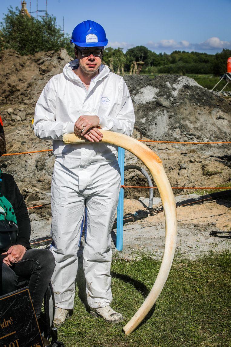 Wetenschapper Pieter Cornillie met een rib die zes jaar geleden bij het proefonderzoek werd bovengehaald.