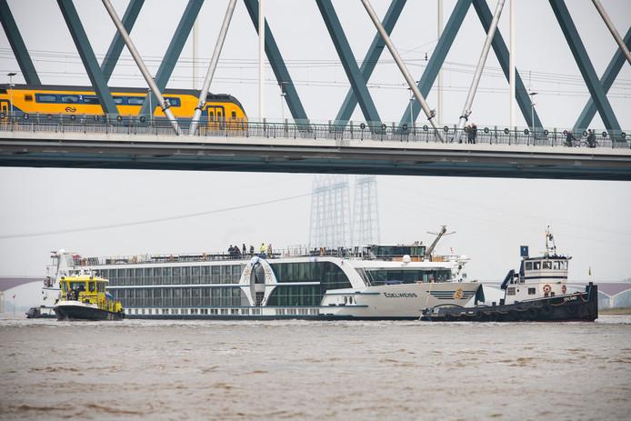 Passagiersschip Edelweiss wordt weggesleept na de aanvaring afgelopen nacht op de Waal bij Nijmegen.