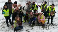 """Leerlingen vrije basisschool Woumen maken sneeuwman: """"Waarom plakt de sneeuw vandaag zo goed?"""""""