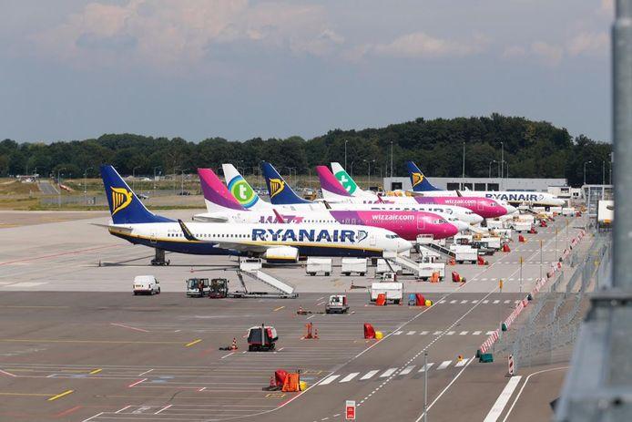 Vliegtuigen staan stil bij Eindhoven Airport