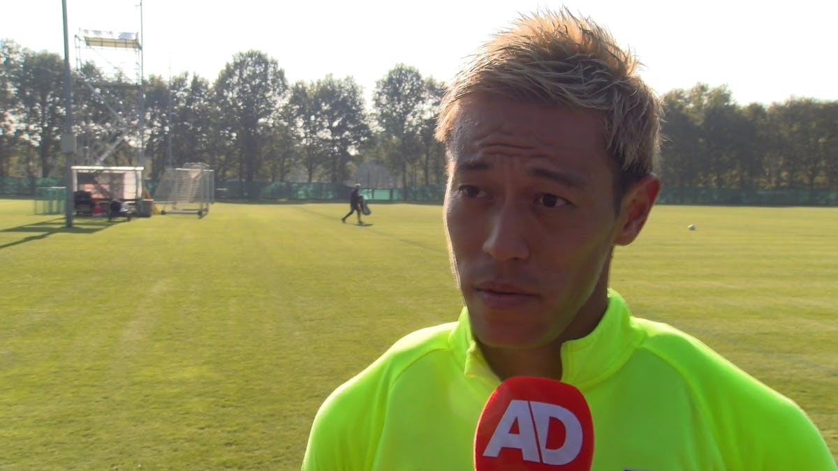 Keisuke Honda is terug in Nederland. De Japanner maakte in 2008 furore in de Eredivisie bij VVV-Venlo en traint nu mee met Vitesse, waar hij trainer Leonid Sloetski nog kent van hun gezamenlijke tijd bij CSKA Moskou.