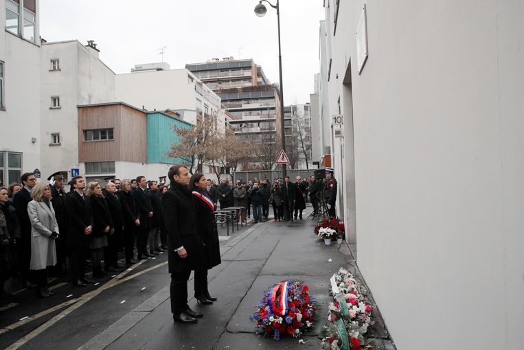 Frans President Emmanuel Macron en de burgemeester van Parijs Anne Hidalgo nabij het vroegere redactiegebouw van Charlie Hebdo.