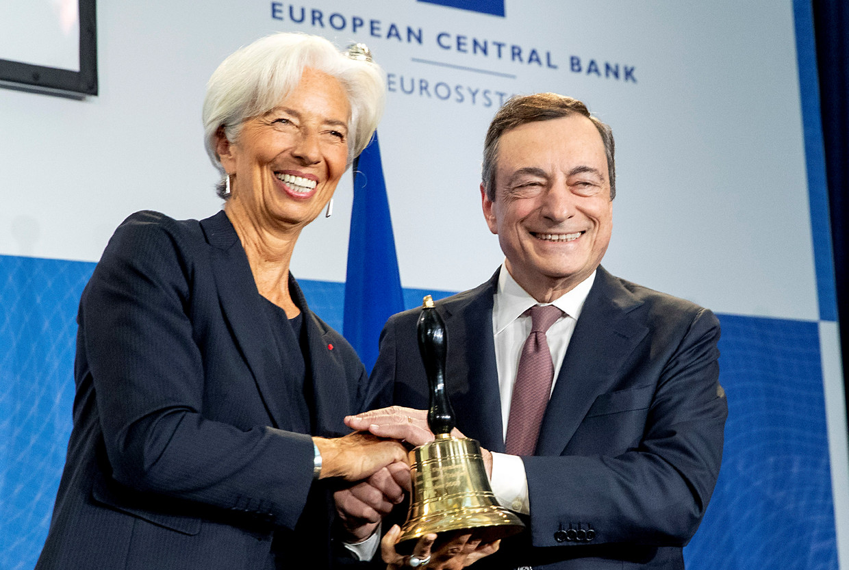 Christine Lagarde en haar voorganger Mario Draghi.