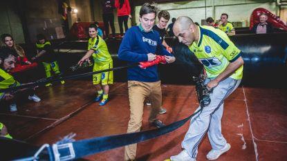 VIDEO. Burgemeester Mathias De Clercq mengt zich in spelletje 'levend tafelvoetbal'
