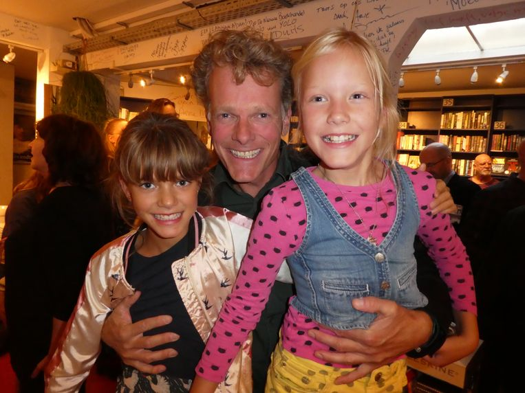 """Fotograaf Harmen de Jong met dochters Neele en Kaat van Esch. """"Het zijn geen foto's, het zijn aaneenschakelingen van blijken van vertrouwen."""" Beeld Hans van der Beek"""