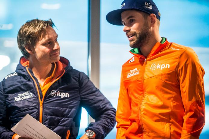 Coach Jeroen Otter en Daan Breeuwsma tijdens de presentatie ivan de shorttrackploeg voor het Olympische seizoen eerder dit jaar in Thialf.