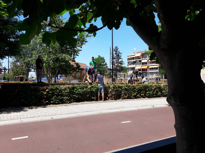 De bouw van het verhoogde terras bij restaurant kok Verhoeven.