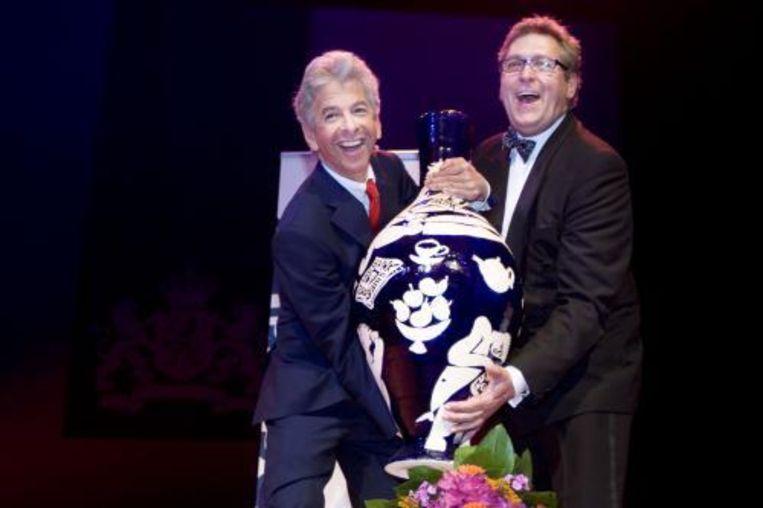 Henk Krol van de Gay Krant is de winnaar van de eerste Jos Brink-prijs. Minister Plasterk reikte de prijs uit. ANP Beeld