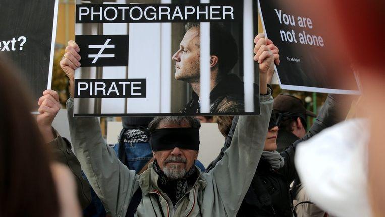 Een demonstrant komt op voor een fotojournalist die aan boord was van de Arctic Sunrise en die ook gevangen is gezet. Beeld epa