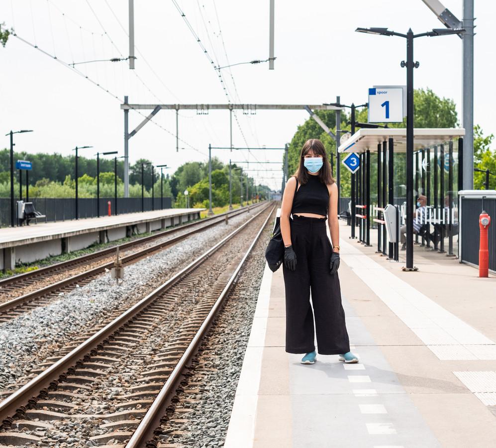 """Liana Bras (18) stapt in de trein om te demonstreren tegen racisme. ,,Ik vind dat wij een bepaalde verplichting hebben tegenover de zwarte gemeenschap."""""""