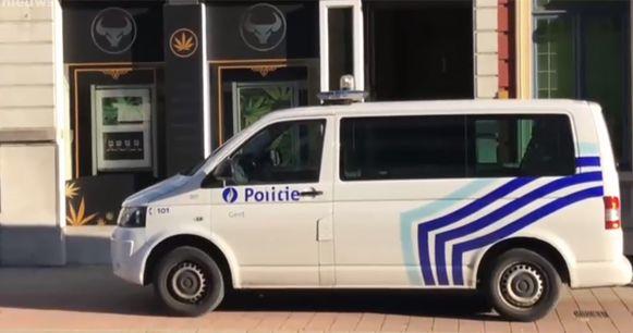 De politie nam meteen alle drugs in beslag in de nieuwe cannabisshop Beweed in Gent.