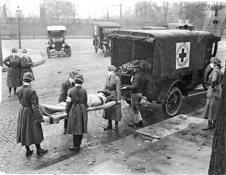 Medewerkers van het Rode Kruis halen in 1918 in de Amerikaanse stad St. Louis slachtoffers van de Spaanse Griep op.