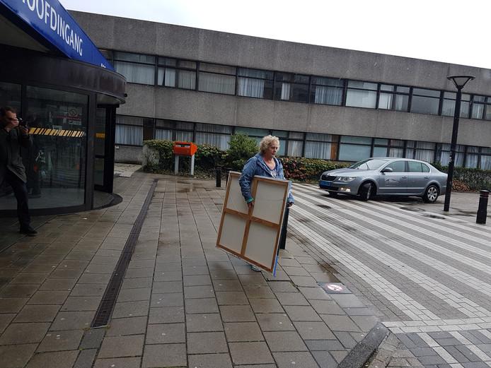 Een amateurkunstenaar wilde haar doeken niet in leeg ziekenhuis achter laten.