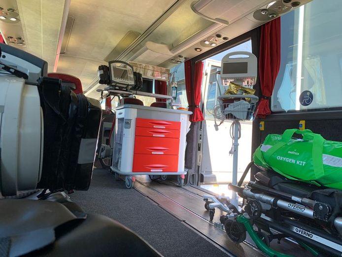 Witte Kruis Evenementenzorg heeft medische apparatuur in de bus geïnstalleerd.