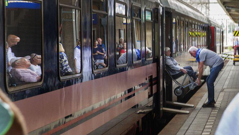 Zondag: van spoor 4 in Maastricht vertrekt de laatste pelgrimstrein naar Lourdes. Beeld Arie Kievit