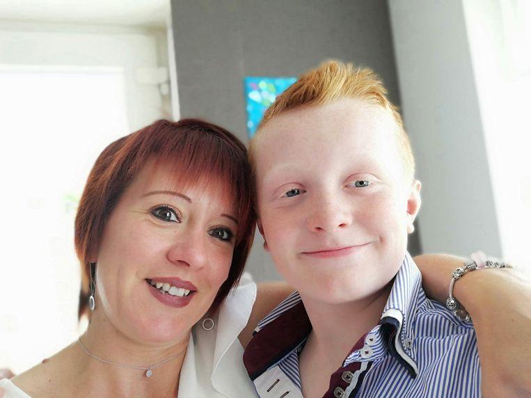 Een stralende Mathéo (13) op een selfie met mama Jessy (42). Die Mathéo krijgt ze helaas veel te weinig te zien.