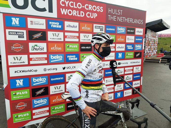 Mathieu van der Poel klaar voor de start in Hulst. De wereldkampioen zegt wel een beetje zware benen te hebben na de wedstrijden in Baal en Gullegem van de afgelopen dagen.