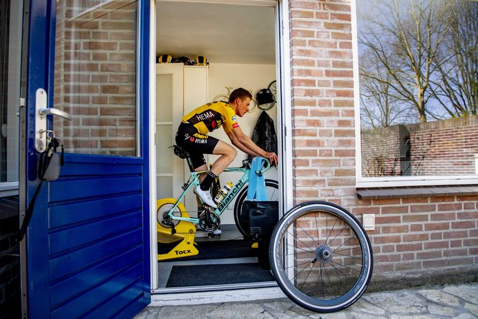 Mike Teunissen rijdt in zijn bijkeuken de virtuele Ronde van Vlaanderen.