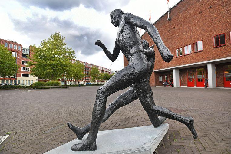 Het standbeeld van Johan Cruijff bij het Olympisch Stadion. Beeld Guus Dubbelman / de  Volkskrant