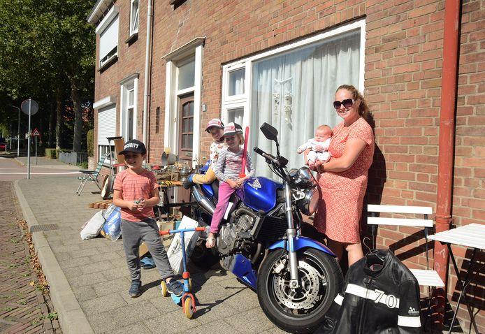Kleedjesroute in Nieuwerkerk. In de Weststraat staat Jojanneke Donselaar. Ze verkoopt onder meer haar eigen motor nu ze moeder is geworden. Op de foto buurjongen Anis Kooj, zoon Levi (3) en dochter Kyra (6) op de motor, Jojanneke met baby Jade.