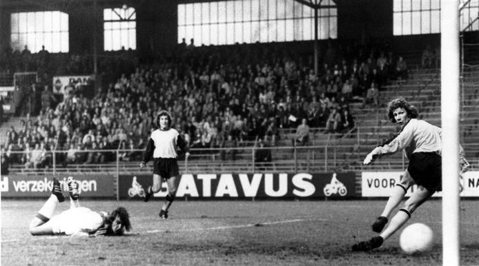 Johan Neeskens (liggend) maakt de 12-1 voor Ajax. Doelman Dick Beukhof is kansloos.