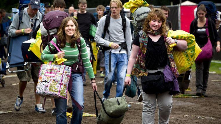 Twee meisjes bij aankomst op de camping van Lowlands. Beeld anp