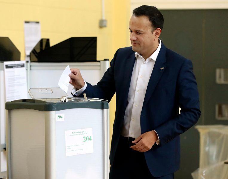 De Ierse premier Leo Varadkar brengt zijn ja-stem uit.