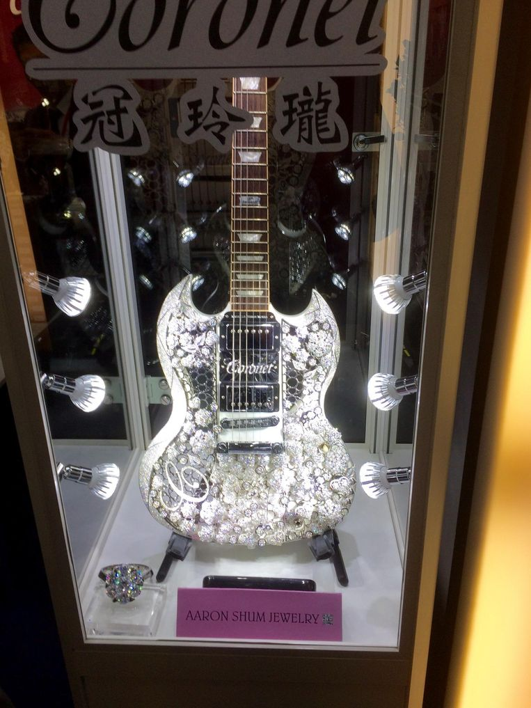 De gitaar is bezet met 400 karaat aan diamanten, geplaatst op 1,6 kilo goud van 18 karaat.