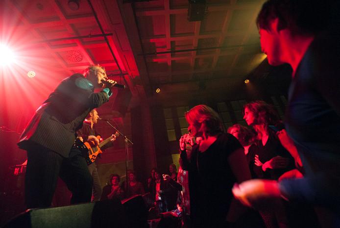 Optreden van de Arnhemse Bowie Tribute Band: Ground Control in de bovenzaal van Luxor Live.