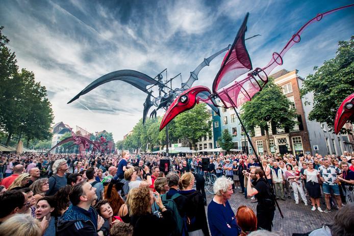 Het publiek houdt de adem in en komt ogen en oren tekort op de openingsavond van Deventer op Stelten.