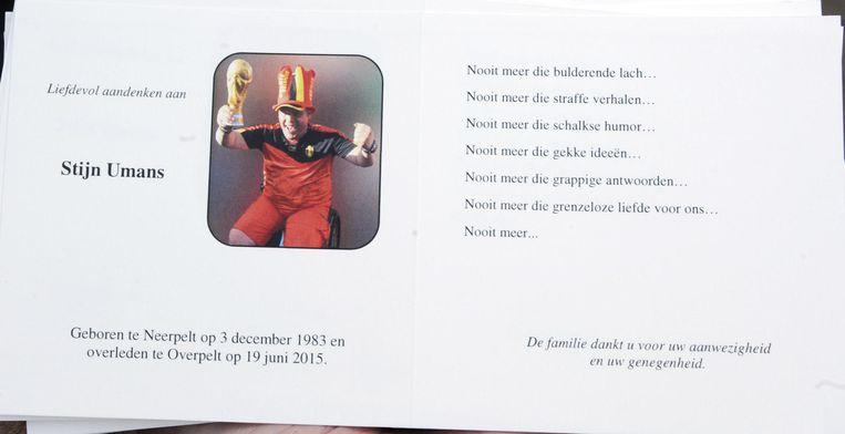 Het doodsprentje van Stijn. Hij staat op de foto zoals iedereen hem kende: als de grootste rodeduivelsfan van het land.