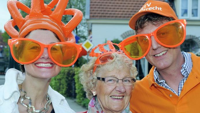 Oranjefans versierd met allerlei oranje attributen.